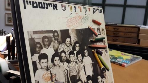 """עטיפת """"ילדודס"""" (1978) המקורית. העפרונות עדיין מודבקים."""