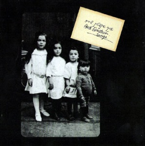"""עטיפת """"שירים"""" (1975). על בסיס צילום משפחתי של דבורה, אמו של איינשטיין, לצד אחיותיה."""